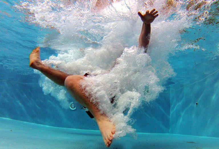 Blog de piscines - nen_en_una_piscina_neta